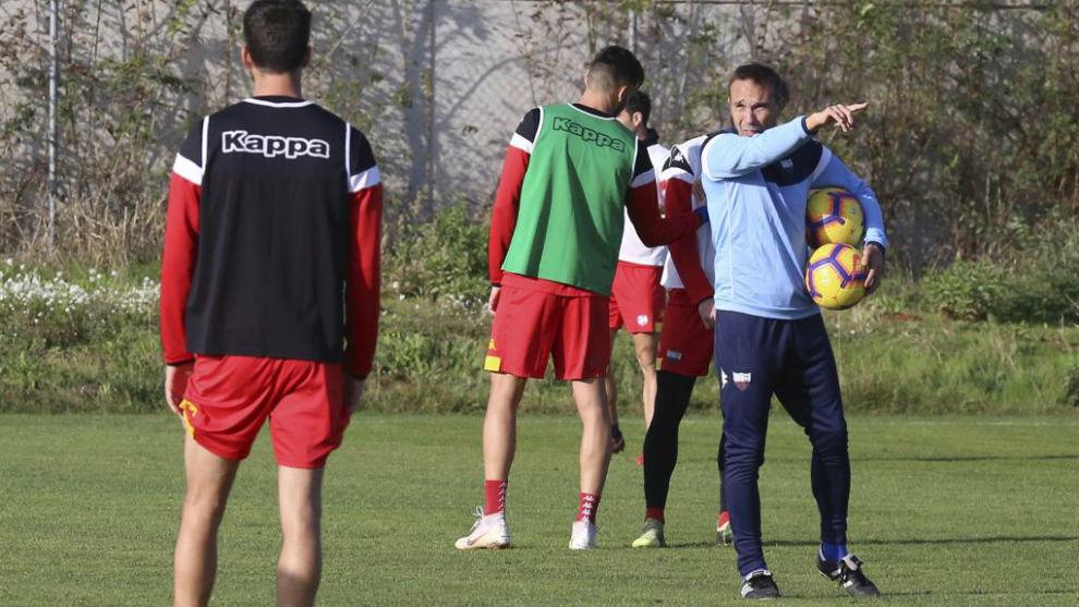 Rodri da órdenes durante un entrenamiento del Extremadura