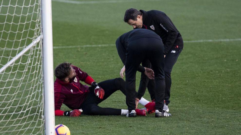 Remiro es examinado por el doctor Angulo tras su lesión.