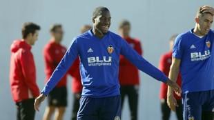 Kondogbia, en un entrenamiento del Valencia junto a Paulista.