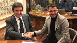 Iago Falqué posa con Urbano Cairo, presidente del Torino, tras la...