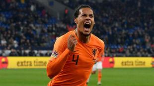Van Dijk celebra el 2-2 contra Alemania en la UEFA Nations League