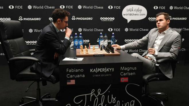 Caruana (26 años) a la izquierda y Carlsen (27 años), hoy en el...
