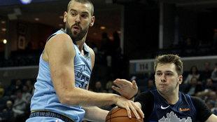 Luka Doncic intenta robar el balón a Marc Gasol