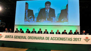 El presidente Ángel Haro habla durante la última junta del Betis.