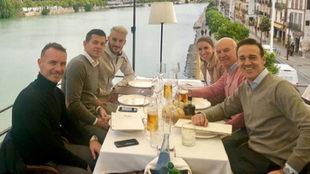 Luis Alberto, al fondo a la izquierda, comiendo con sus agentes en...