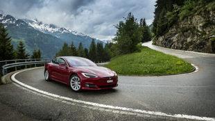 Un Model S asciende una carretera de montaña en los Alpes suizos.