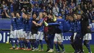 Los jugadores del Oviedo celebraron su triunfo con la afición en el...