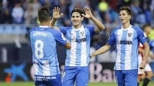 Pau, a la derecha, y Blanco Leschuk celebran el gol de Adrián al...