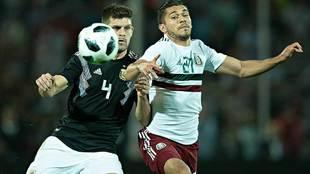 Henry Martín pelea el balón con Tagliafico en el segundo partido...