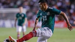 Jesús Gallardo durante un partido con la selección.