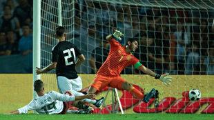 Jesús Corona recibe un gol de Paulo Dybala