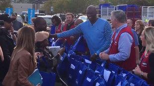 Michael Jordan repartiendo comida entre los más necesitados