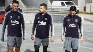 Munir, Alba y Messi se dirigen al campo de entrenamiento.