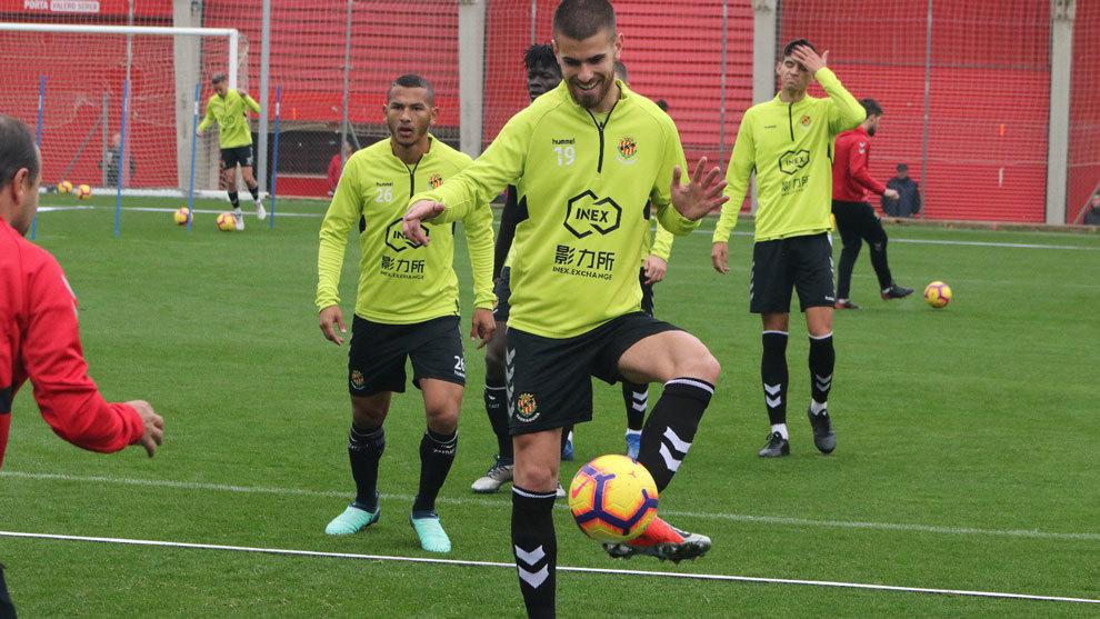 Ramiro tocando el balón durante el entrenamiento de este miércoles