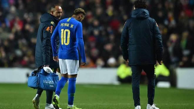 Neymar se retira del terreno de juego en el partido ante Camerún.