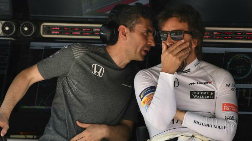 Stella charla con Alonso en el muro de McLaren, durante el GP de...