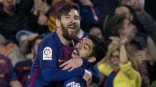 Messi y Luis Suárez celebran un gol.