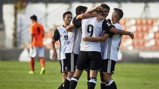 Los jugadores del Valencia B celebran un gol en el Antonio Puchades.