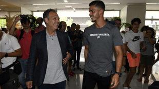 Caparrós y André Silva, a su llegada a Sevilla.