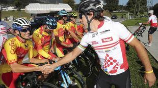 Óscar Freire saluda a Enric Mas en Innsbruck, dos días antes del...