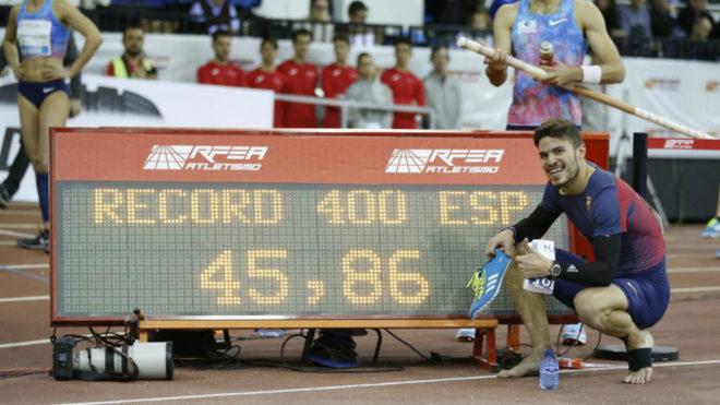 Óscar Husillos posa junto al récord de España de 400 logrado el...