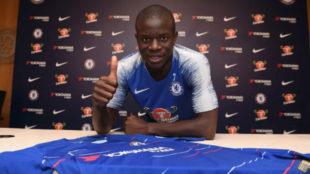 Kanté posa en su renovación con el Chelsea.