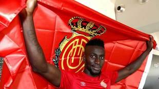 Lago Junior posa con una bandera del Mallorca, su actual club