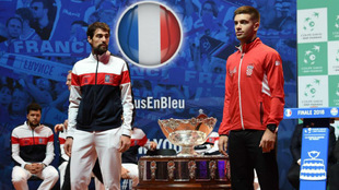 Jeremy Chardy y Borna Coric posan con la Copa Davis