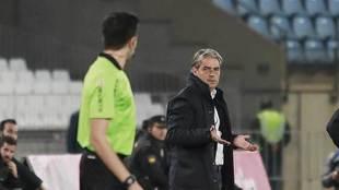 Natxó González se dirige al asistente en el partido de Almería