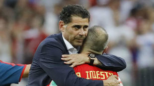 Hierro e Iniesta se abrazan tras la eliminación de España ante Rusia...