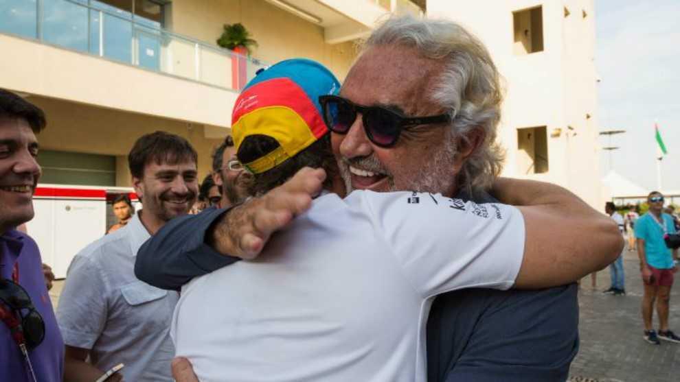 Briatore, abrazado a Alonso en el paddock de Yas Marina