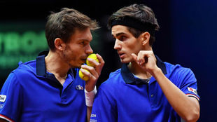 Nicolas Mahut y Pierre-Hugues se hablan durante el partido de dobles.