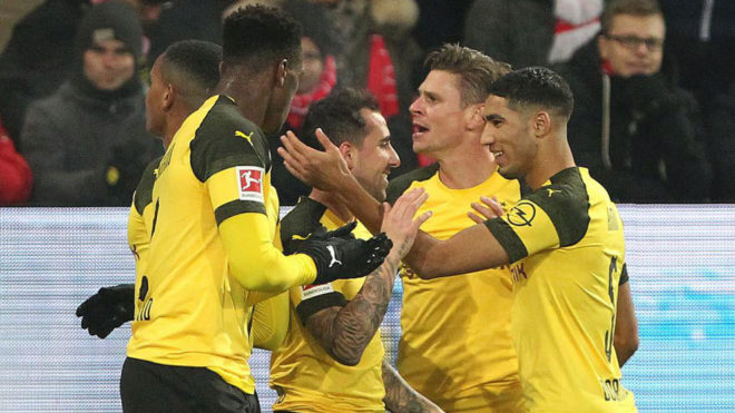 Los jugadores del Dortmund celebran el gol de Alcácer.