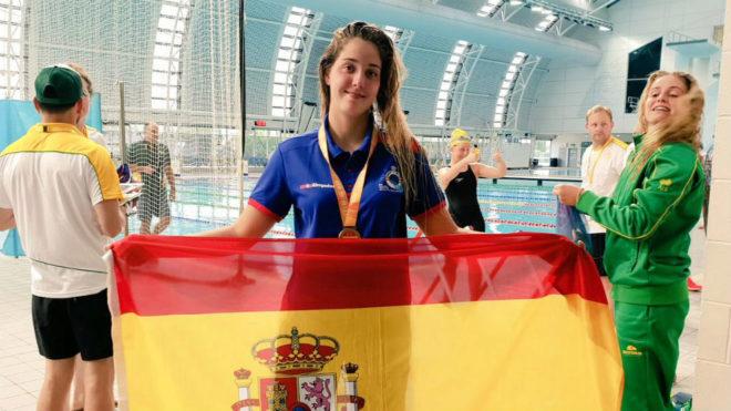 Paola Eguiluz, con el bronce y la bandera de España.