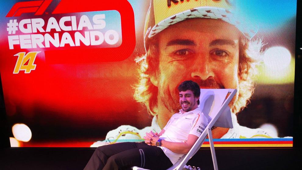 Alonso, sentado en una tumbona durante el homenaje de la F1.