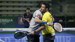 Maxi Sánchez y Sanyo Gutiérrez se abrazan tras su victoria en la...