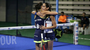 Mapi y Majo se abrazan tras sacar adelante su semifinal.