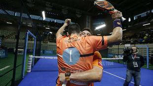 Sanyo y Maxi se abrazan tras su sufrida victoria.