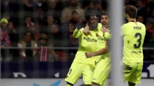 Dembélé celebra con Suárez y Piqué el 1-1 de anoche en el...