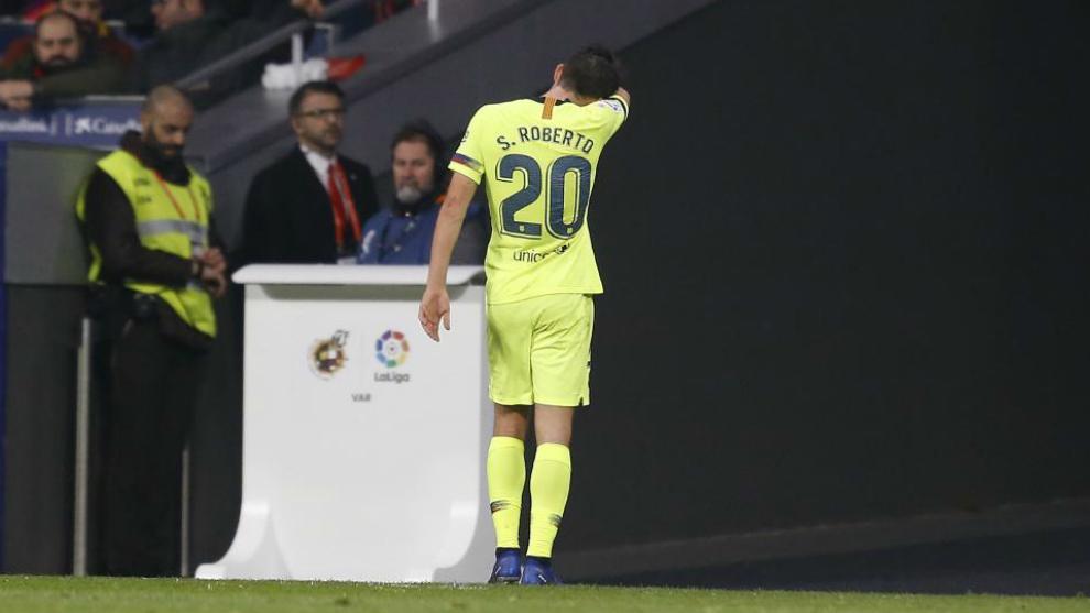 Sergi Roberto abandona el Atlético-Barcelona lesionado.