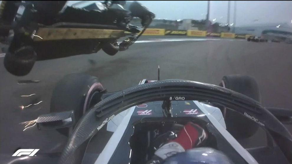 Momento del choque que provoca el vuelco del Renault en la vuelta 1.