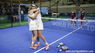 Marta Marrrero y Alejandra Salazar se abrazan tras lograr su quinto...
