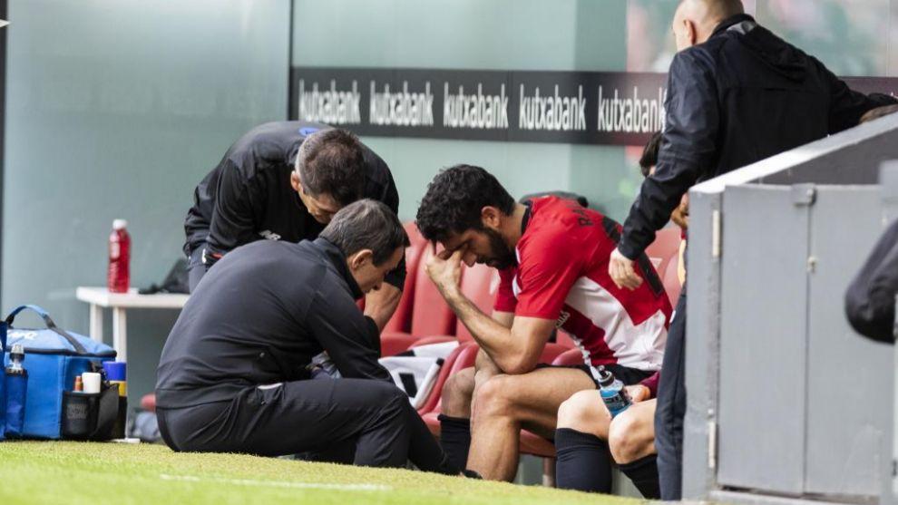Raúl García, atendido por el doctor Angulo tras ser sustituido