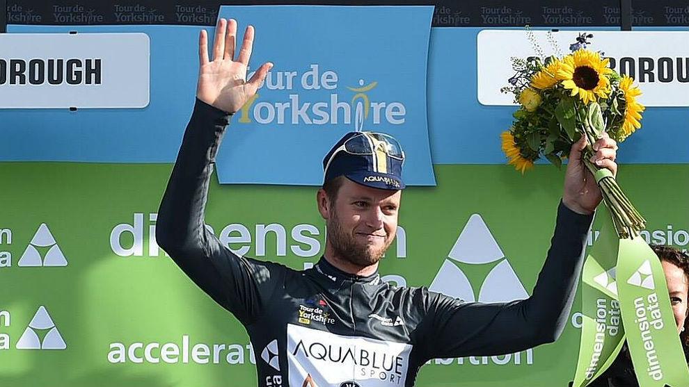 Conor Dunne en el podio del Tour de Yorkshire.