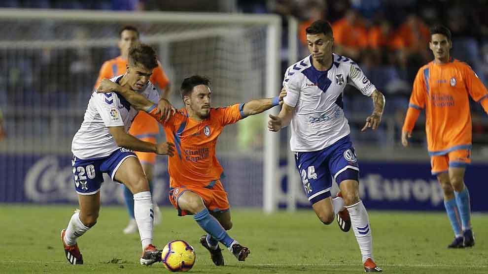 Iza entre Undabarrena y Naranjo, autor del gol que abrió el camino...