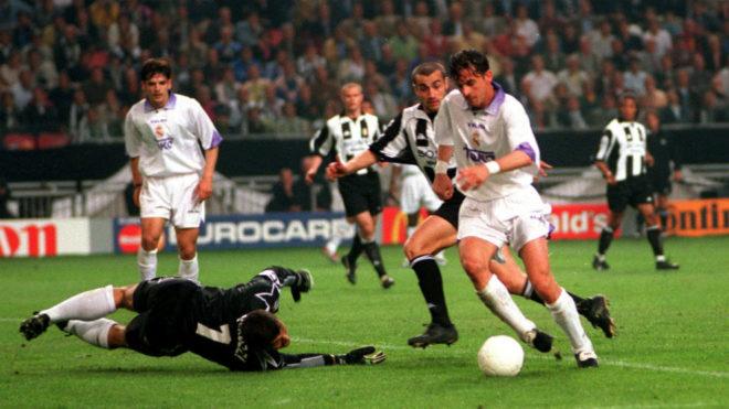 Mijatovic supera a Peruzzi en la jugada del gol que dio al Real Madrid...
