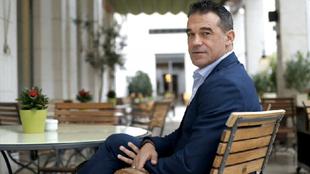 Luis García, posa tras la entrevista en Valencia.