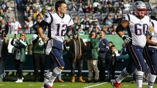 Tom Brady (dorsal 12) salta al césped en el encuentro ante los Jets
