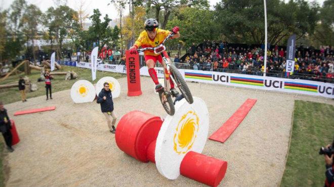 Alejandro Montalvo supera un obstáculo.