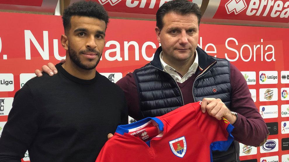 Derik Osede posa como nuevo jugador del Numancia.